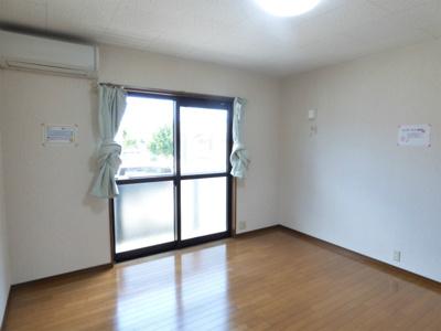 南向きの洋室8帖 ※掲載画像は同タイプの室内画像のためイメージとしてご参照ください。