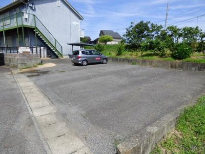 駐車場は縦列2台分あります。