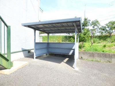 屋根付きの駐輪場がありますので、通勤・通学自転車派の人でも安心。