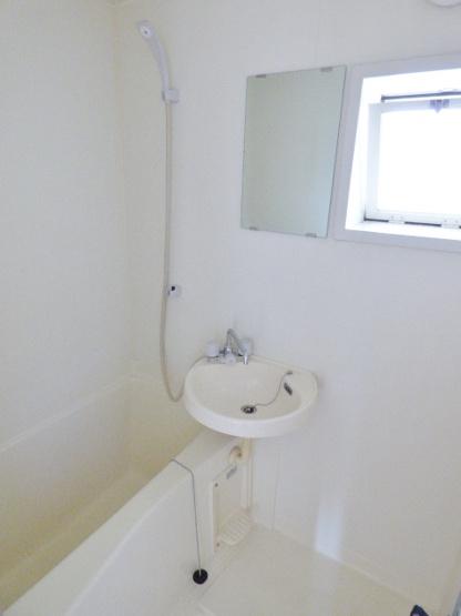 2点ユニットバス。小窓付きの明るい浴室です。