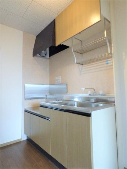 上下収納、吊り棚付きで収納ばっちり♪冷蔵庫スペースもしっかりあります!