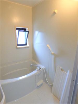 縁が湾曲している分ゆったりめの浴槽!小窓付きで換気OK!
