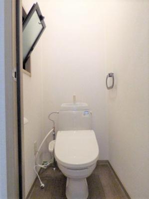 温水洗浄便座です!トイレも小窓付きです♪