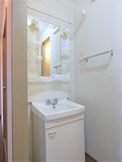 需要の高い独立洗面台付き!洗面台上部に網棚もあります♪