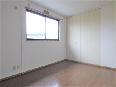 北側居室。中階段の建物なので居室が共用廊下に面しておらず安心です♪