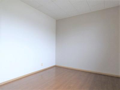 北側居室も南側居室と同じ落ち着いた色のアクセントクロス!
