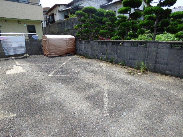 駐車場は縦列2台で3000円です。