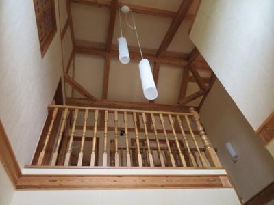 吹抜けです。 天井は非常に高い作りになっております。