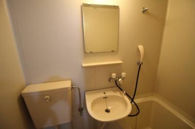洗面台も鏡付いてます!