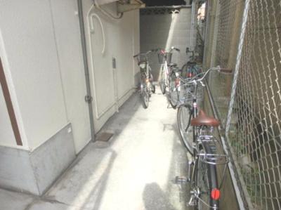 奥に自転車を停められてますね!