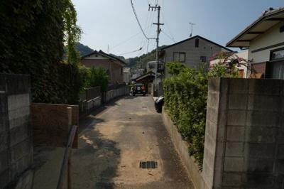 本件から、道路を見た写真です。