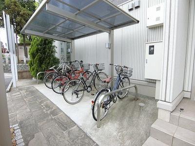 屋根付きの駐輪場で雨が降っても大切な自転車が濡れなくてすみますね♪自転車はちょっとした移動手段に便利ですよね!