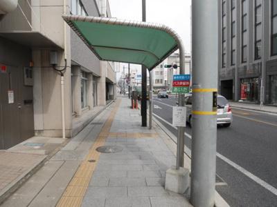 目の前がバス停です