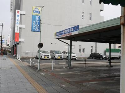道を挟んでタクシー乗り場があります