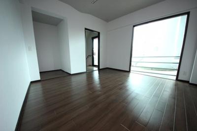 1階洋室8帖 歩道に面しております ギャラリーや店舗としてもいかがでしょう?