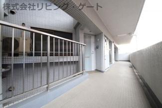 マンション廊下とお部屋の間には吹き抜けがございます。プライバシーを守れる造りです。