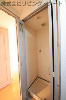 キッチンに扉付きの洗濯機置き場がございます。家事導線を短縮できます。