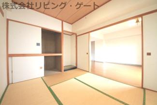 LDK隣接の和室は6帖。とても明るい和室です。