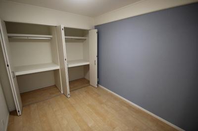 別角度からの洋室(5.2帖)です。 こちらのお部屋にはクローゼット収納があり棚も付いているので、収納しやすく便利ですよ♪