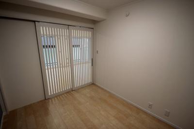 洋室(5.2帖)です。 リビングとの間仕切り戸は格子の引き戸になっており、風や採光を掘り込めるのが素敵ですね♪
