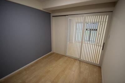 洋室(5.2帖)です 入口の引き戸が格子戸になってますので、エアコンがつけれない部屋ですが、リビングからの冷やす事が出来、効率よく快適ですね♪