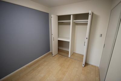洋室(約5帖)です。 こちらのお部屋には棚付きのクローゼット収納がございます。 全お部屋に収納があり収納豊富ですよ♪
