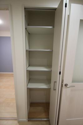 廊下にある収納です。 可動式棚で棚の高さを変えられますので、多用途な収納に便利です。