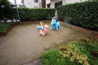 マンション敷地内には、可愛い動物の遊具がある広場がありました。