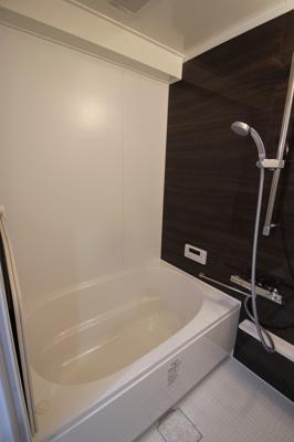 リフォーム済の浴室はピカピカでカビの心配もなく気持ちよくバスタイムを楽しんでいただけますね♪
