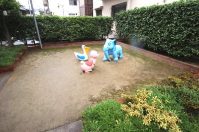 マンション敷地内には可愛い動物の遊具のある広場がございます。