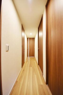室内から玄関にかけての写真です。