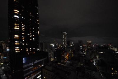 夜のバルコニーからの眺望。左側タワーは北浜タワーです。
