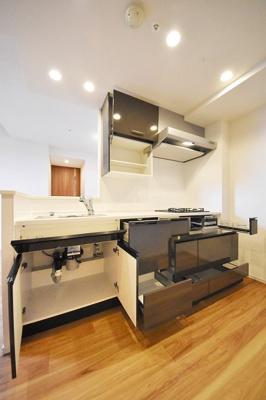 システムキッチン、収納開放です。