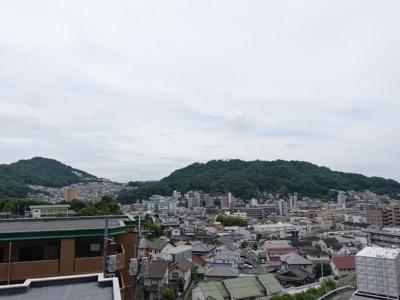 四季の移ろいと共に変化を愉しめるパノラマビュー。牛田の豊かな自然を身近に感じられる。それでいて、広島駅まで車で10分ほど。