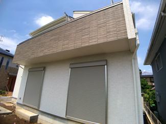 デザイナーズ住宅で玄関を入るとダイナミックな吹抜けが目に入ります。