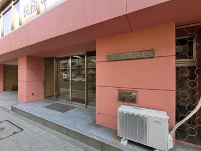 ブルーライン「伊勢佐木長者町」駅徒歩5分、JR京浜東北・根岸線「関内」駅徒歩9分 京急本線「日ノ出町」駅徒歩14分。バス停「長者町一丁目」が目の前にございます。