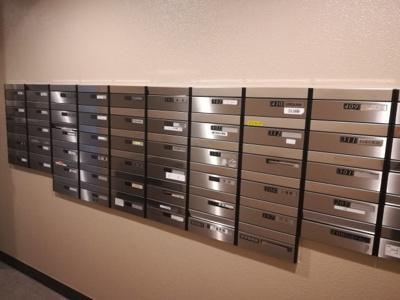 ウォールスルー式のメールボックスです。郵便物の投入口と、郵便物の受取口が分かれておりプライバシー性が保たれております。