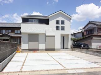 4つの四角い窓が印象的なお家です。