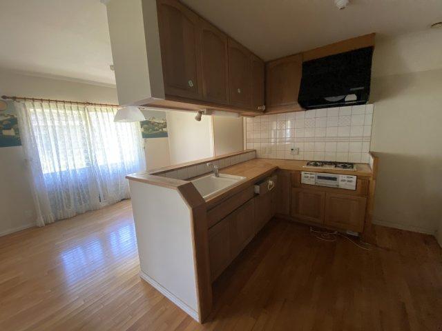 対面式キッチンでご家族の様子を見ながら料理ができます。