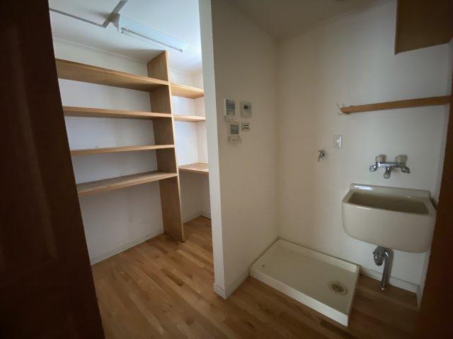 備え付けの棚があり、収納に便利!