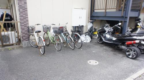 バイクや自転車も置けるほどのスペース