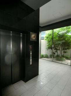 オシャレ空間でエレベーター待ちの時間も苦になりません。 (共用部)