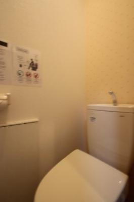 1階のトイレです。温水洗浄便座で快適ですね。