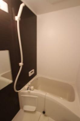 1階の浴室です。コンパクトながら清潔感があり、快適にお使いいただけます。