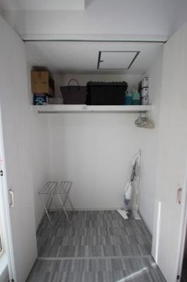 1階のロフトです。書類やストック品、お掃除道具の収納にも便利ですね。