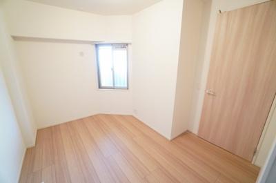 【北西側洋室5.1帖】 居室にはクローゼットを完備し、 自由度の高い家具の配置が叶うシンプルな空間です。 お子様の成長と必要になる子供部屋にするには ぴったりの間取りですね。