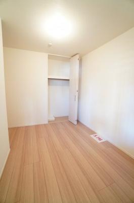 【北西側洋室5.1帖】 クローゼットはお子様が成長しても衣服が溢れず、 お部屋を広く使用出来ます。