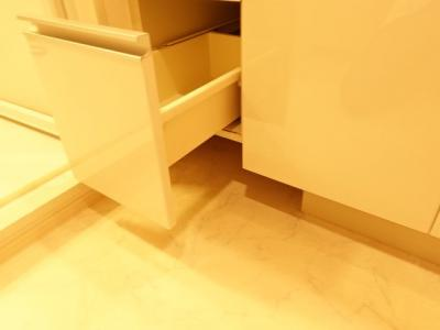 この棚の下には体重計を入れられるスペースがあります!