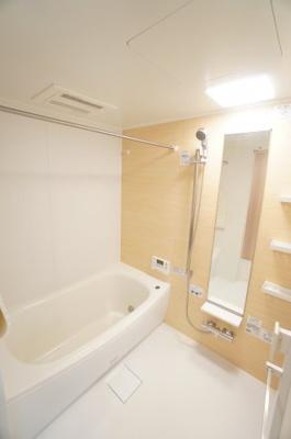 【機能がポイント!】 1日の疲れを癒す大きなお風呂。 ヒートショックを防ぐ浴室暖房機能や、 雨天時に洗濯物を乾かす浴室乾燥機能も付いています。