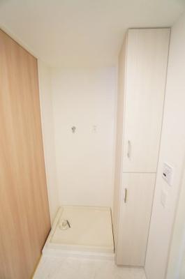 【洗濯機サイズの確認】 嬉しい棚付きの洗濯機置場! しかも装着が楽なワンタッチ式の給水栓! ドラム式の洗濯機も入るサイズですが、 お手持ちのサイズが入るか要確認です!